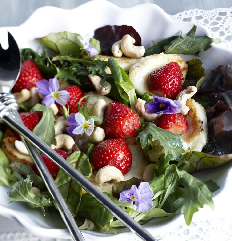 Yksi parhaista tavoista käyttää halloumia on tehdä siitä salaatti.