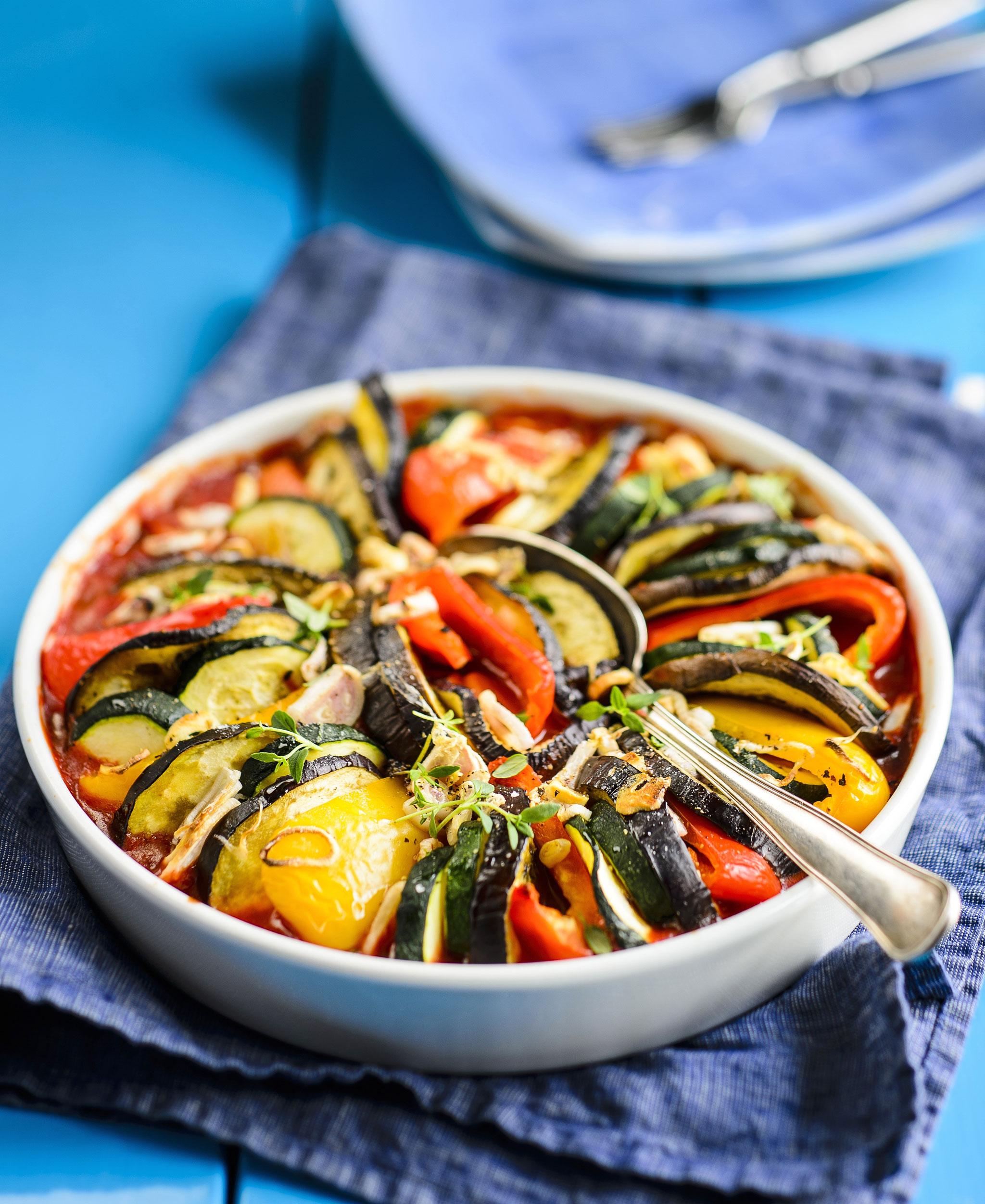 värikäs välimerellinen kasvisvuoka