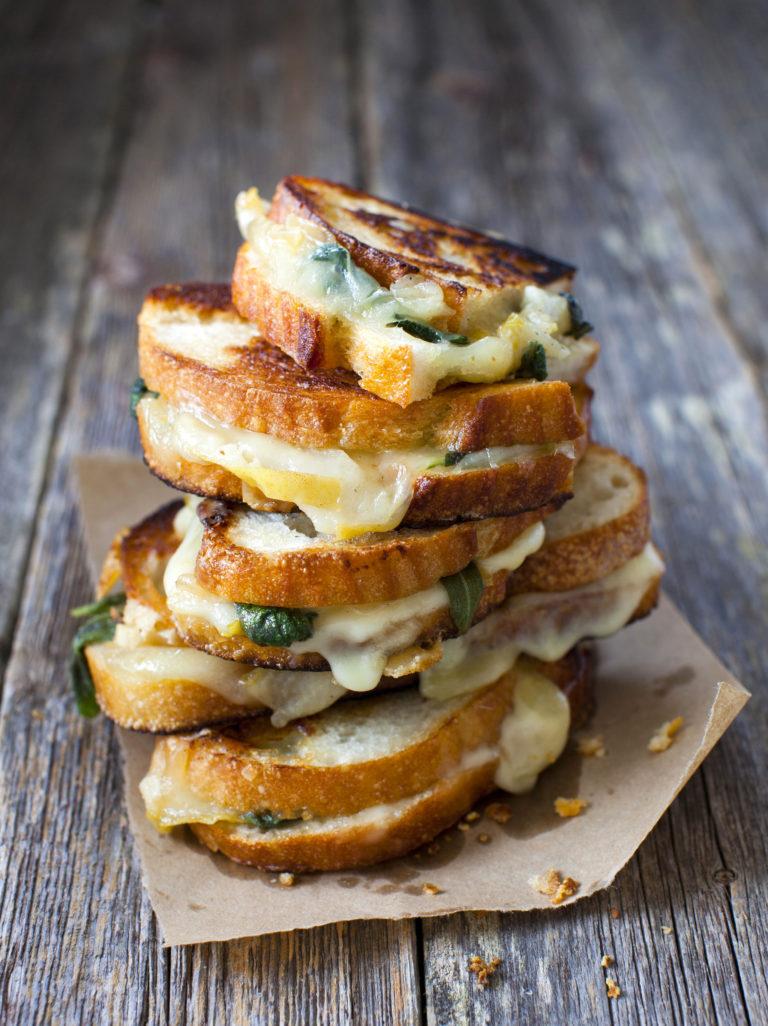 grillattu juustoleipä päärynällä ja salvialla