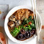 Vegaaninen ramen-keitto saa arominsa miso-tahnasta.