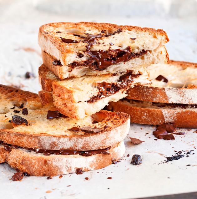 Helppo jäliruoka äitienpäiväksi syntyy myös rapeaksi paahtuneista leivistä, suklaasta ja kanelilla maustetusta tuorejuustosta.