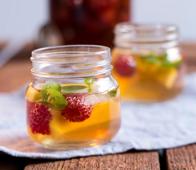 Kesäjuhlien tarjottavat: persikka-vadelma-jäätee.