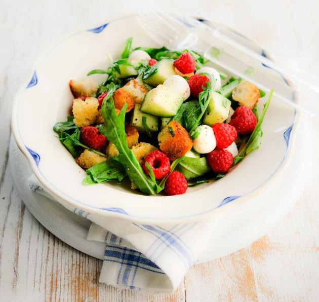 Parhaat marjareseptit: vadelma-panzanellasalaatti.