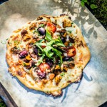 Kesällä ruoanvalmistus siirretään ulos ja pizzatkin valmistetaan grillissä. Täytteissä ihastuttavat kesäiset raaka-aineet.