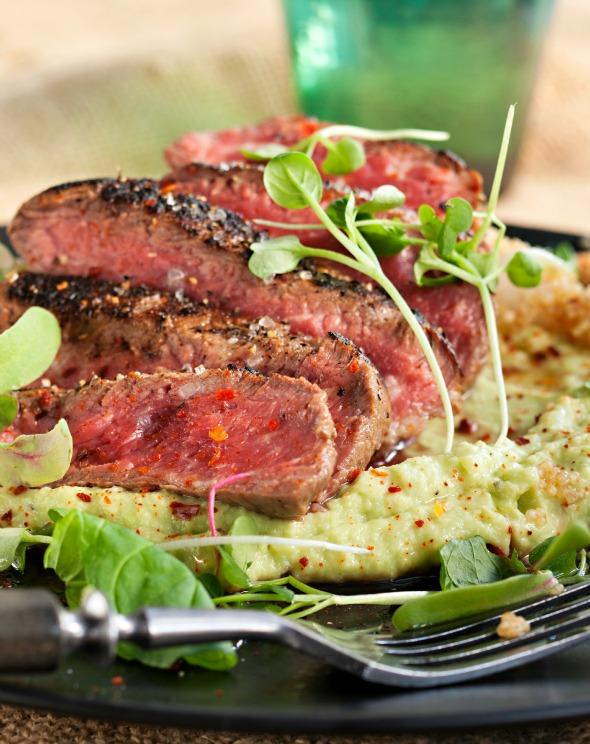 grillipihvi, paistettua kvinoaa ja avokadoa
