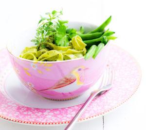 Vihreä pasta, papuja, pinaattia