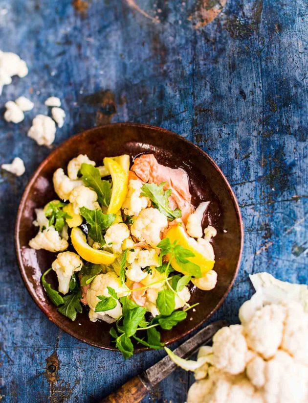 sitruunamarinoitua kukkakaalisalaattia ja lohta