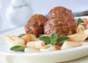 pastaa ja lihapullia tomaattikastikeessa