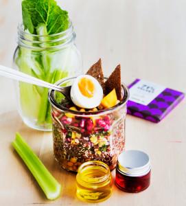voimasalaatti - kvinoaa, granaattiomenaa, mangoa ja linssejä