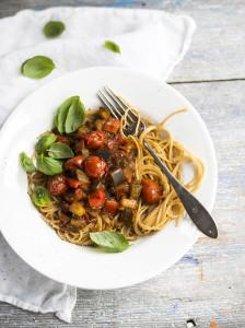 uuniratatouillea ja täysjyväspagettia