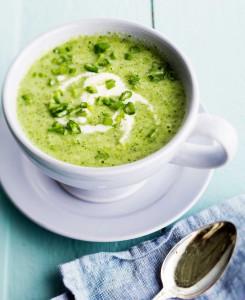 kylmä parsakaalikeitto ja kuminajogurtti