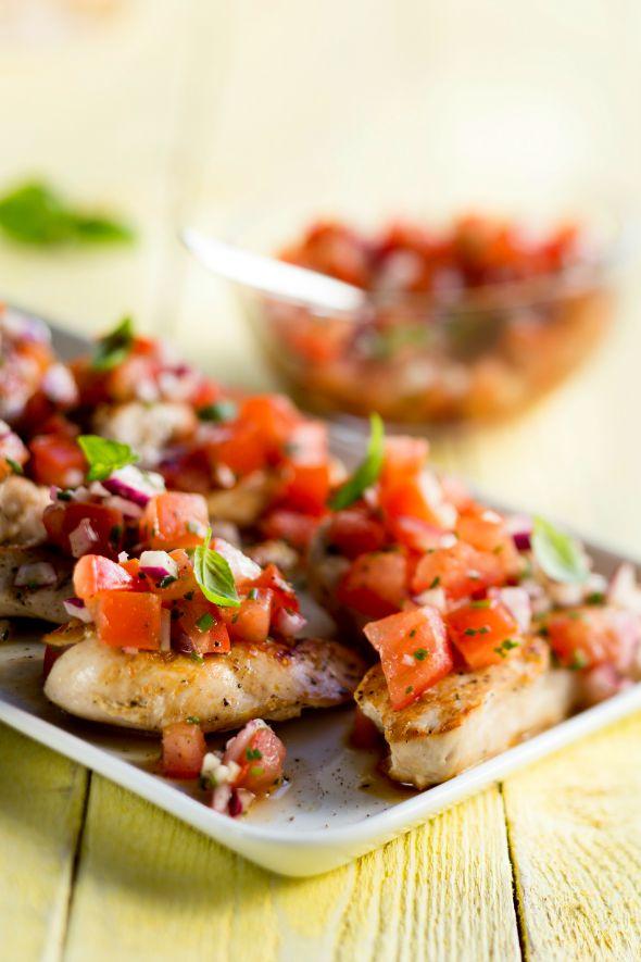 grillattua broileria ja tomaatti-sipulisalaattia