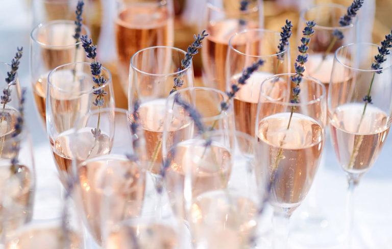 Alkoholittomat kuohuviinit kesän juhliin